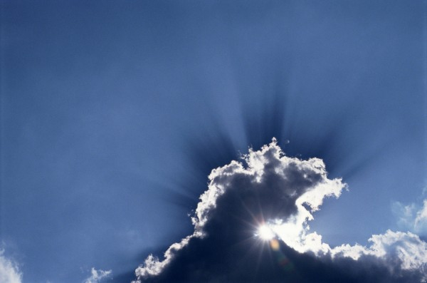Солнце светит сквозь облако