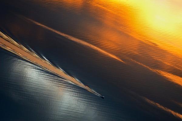 моторная яхта(лодка) разрезает морскую гладь