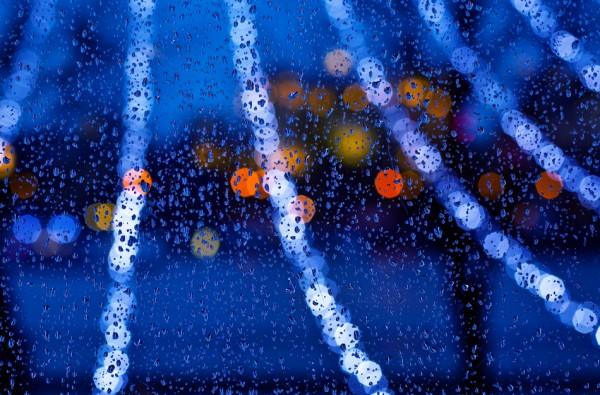 Осенне-зимнее стекло, в каплях, ночь, голубые огни