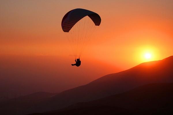 парашютист на закате