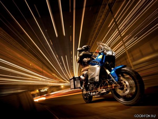 Мотоцикл, мчащийся вперед по ночному городу