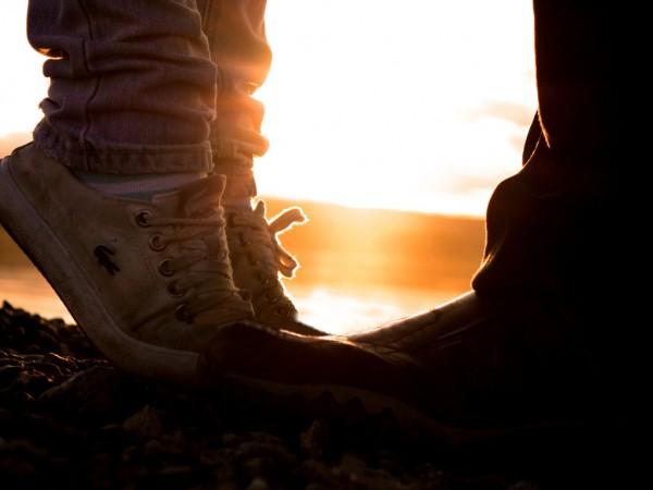 закат, поцелуй на носочках
