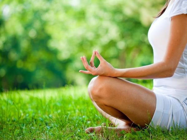 Йога, медитация, девушка, на фоне сочной зеленой травы