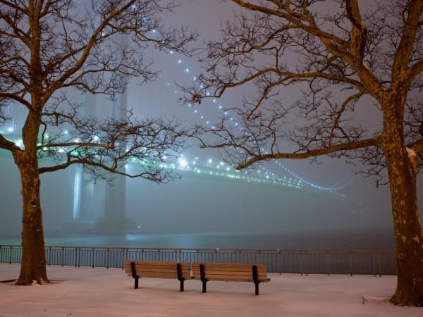 Зимняя набережная, снег, фонари моста, скамейка