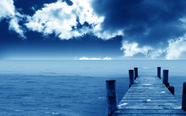 Серосинее небо, мостик в море, прохлада, спокойствие