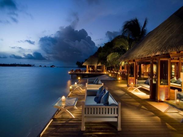 Вечер на курорте, огни, отдых, океанские бунгало, пальмы