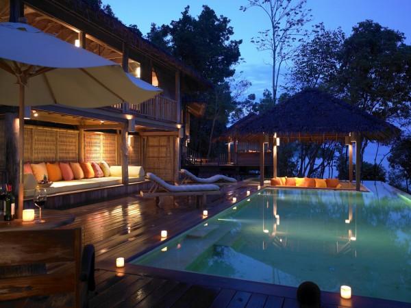 Вечер в отеле, открытый бассейн, огни, лежаки, бунгало с соломенными крышами, диванчики, красота)