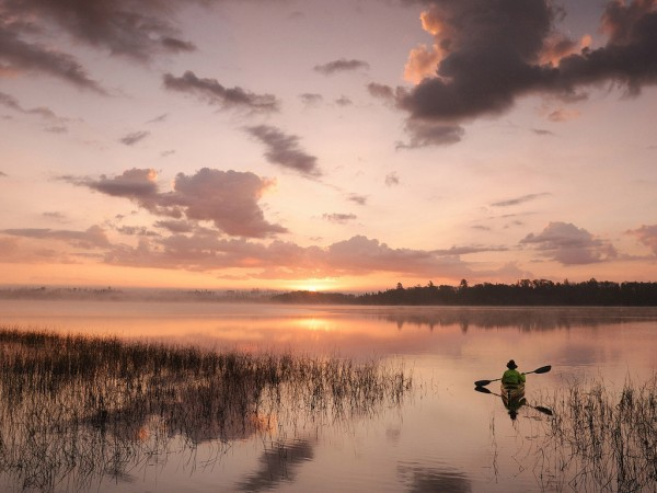 закат, небо, речка, мужик на лодке с веслом, тросник, облака