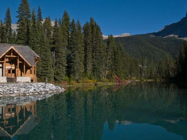 Домик в горах, гладь озера, лес, ели
