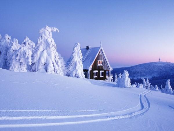 Зимний домик на природе, красота, одеяло из снега, лес